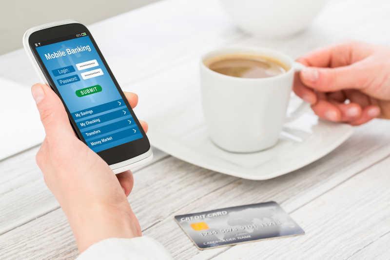 智能手机上使用手机银行的女性手