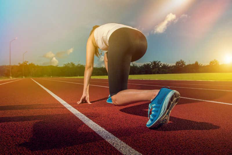体育场跑道上的跑步运动员