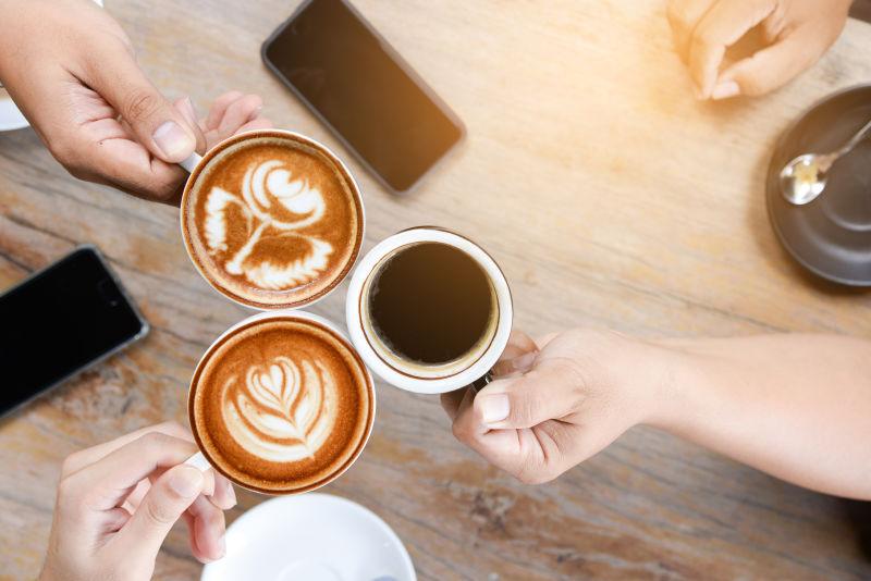 在咖啡店成功商谈后召开会议的人。喝热咖啡拿铁艺术咖啡