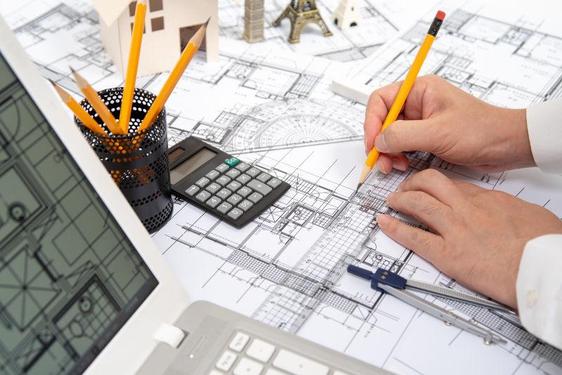 一位男性建筑师用铅笔画一个设计图的手