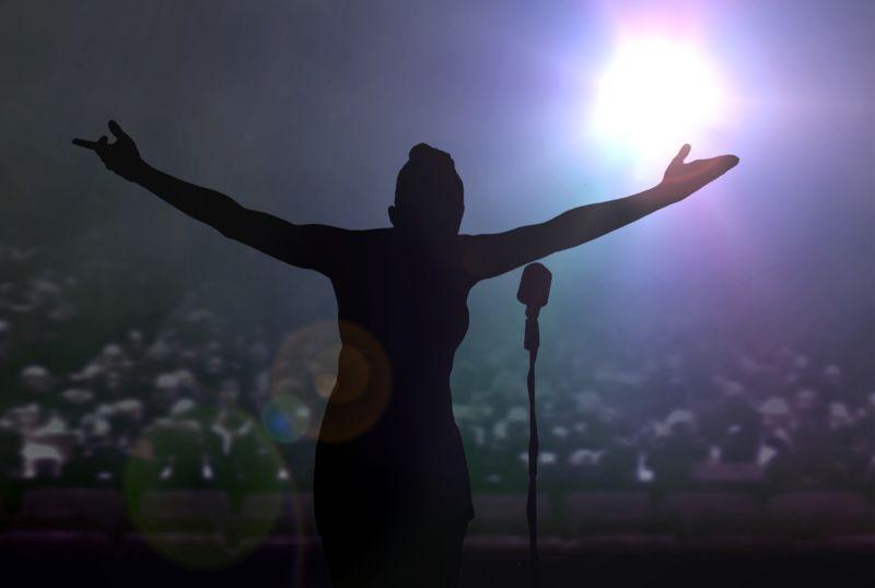 音乐会结束后在舞台上鞠躬的女人