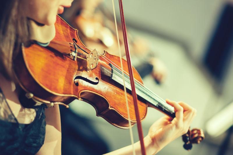 舞台上的交响乐团,手拉小提琴