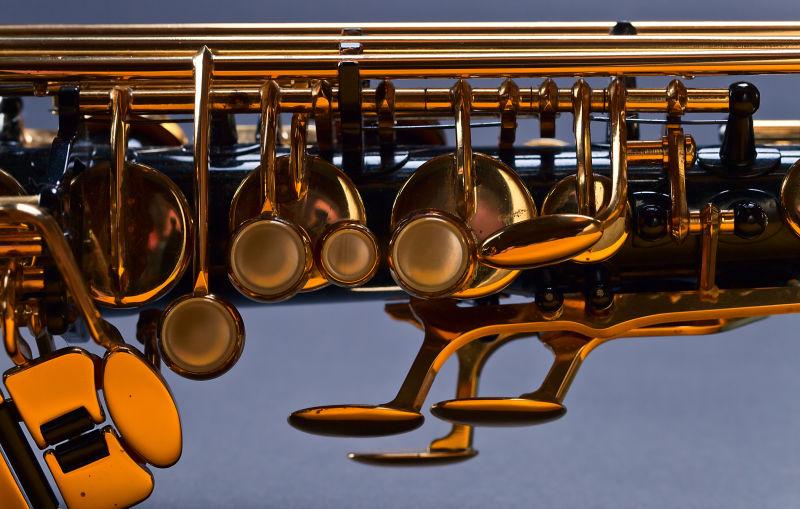 古老的黑色萨克斯管