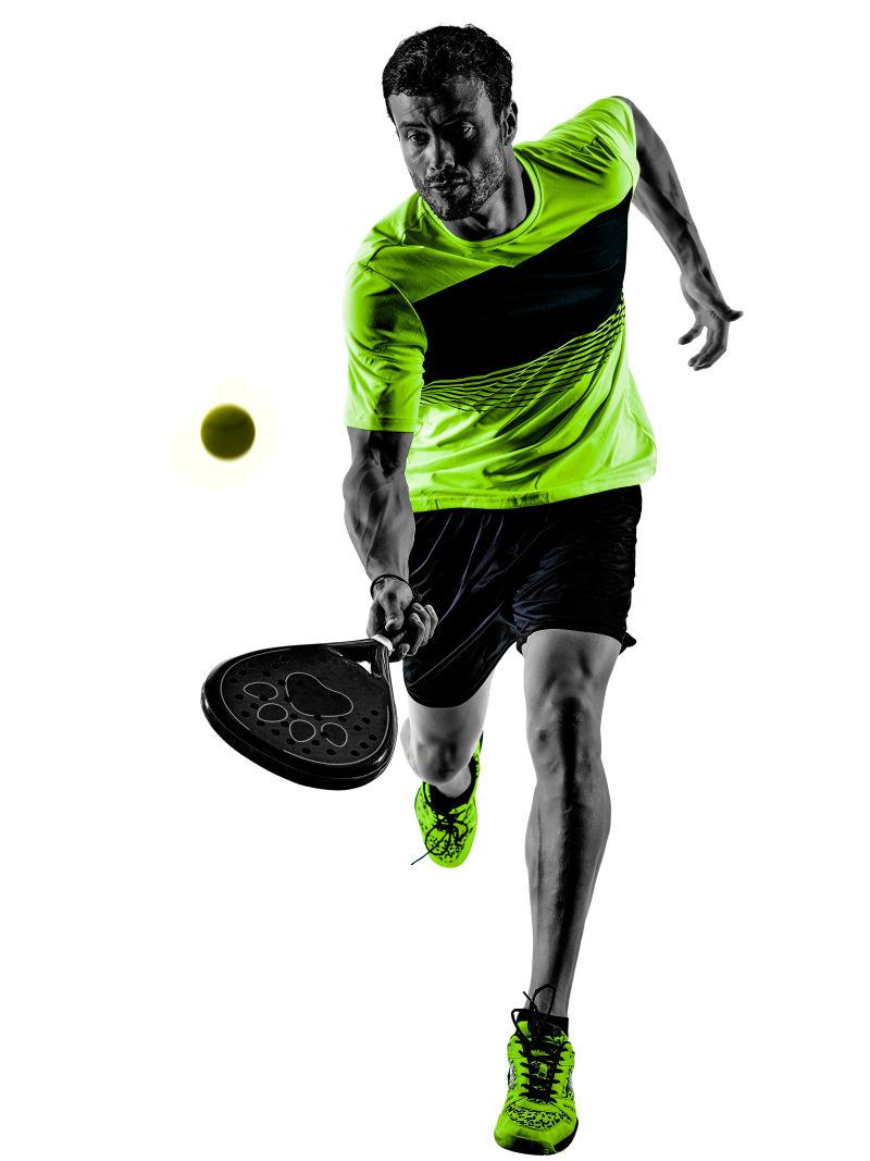 一名白人男子在白色背景下独自打乒乓球