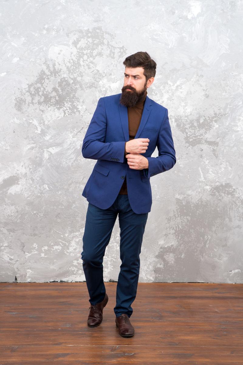 穿着正装的野蛮的胡须嘻哈。男性时装模特。成熟的胡须商人走路。裁缝或时装设计师。现代生活。有胡子的优雅男人。商业专业人士