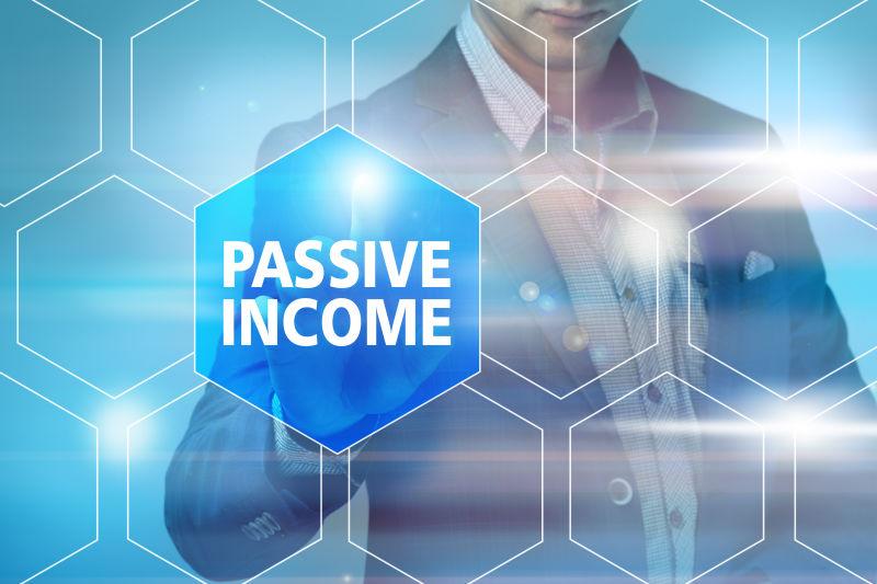 商人在虚拟屏幕上按被动收入按钮。