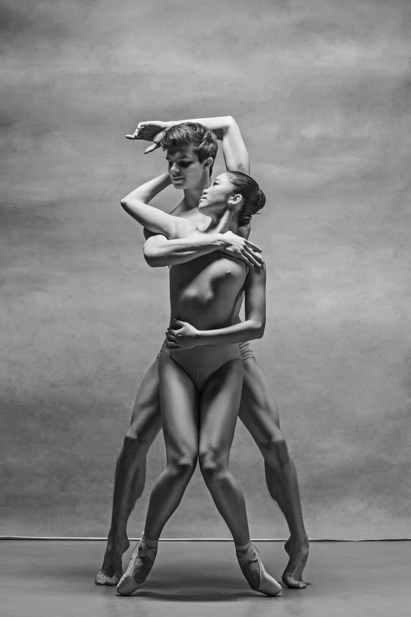 芭蕾舞者上演的灰色背景