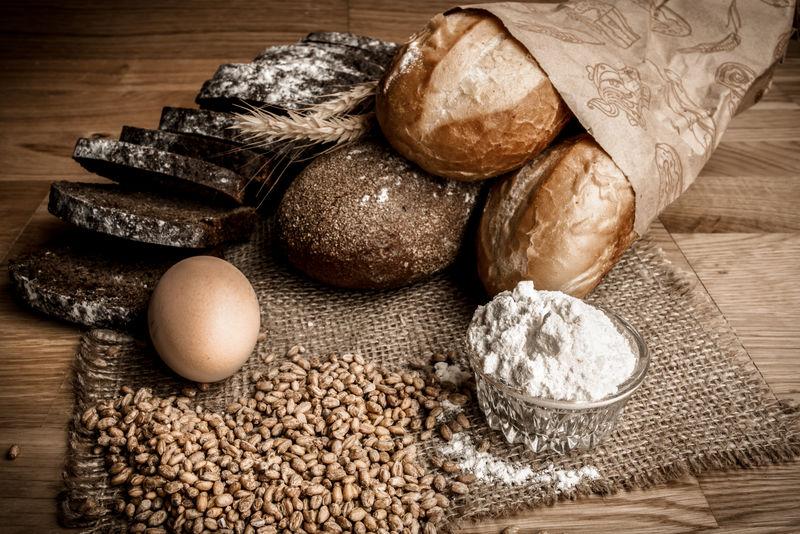 木质背景的小麦面包