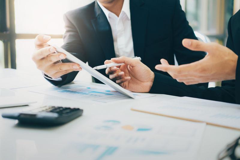 财政节约经济理念-会计或银行家使用计算器