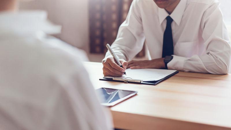 商人填写表格-提交简历雇主审查工作申请-这一概念为公司提供了与工作岗位一致的能力