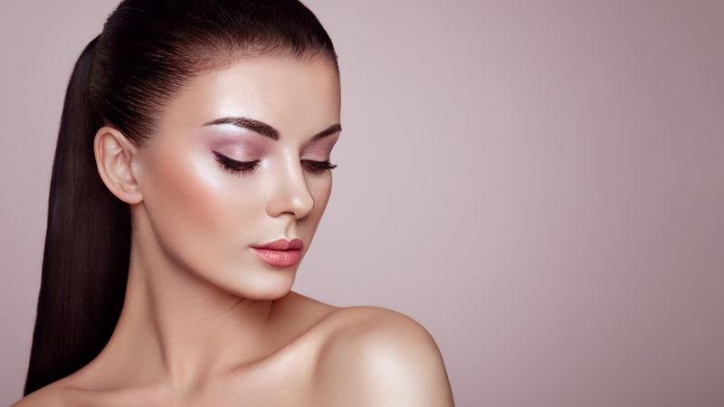 美丽的年轻女子,皮肤清新。完美的化妆。美丽时尚。睫毛。化妆品眼影突出显示。美容、美容和水疗