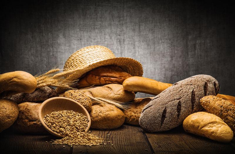 新鲜面包和小麦
