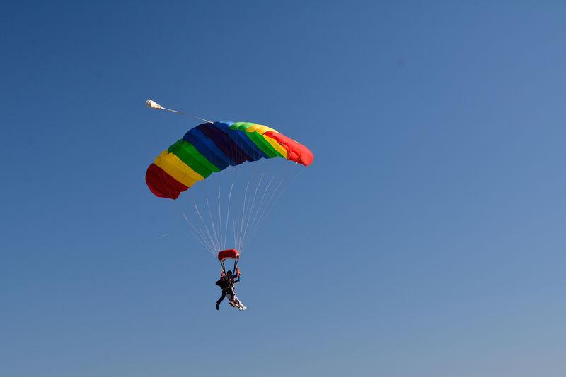 两个拿着降落伞的运动员