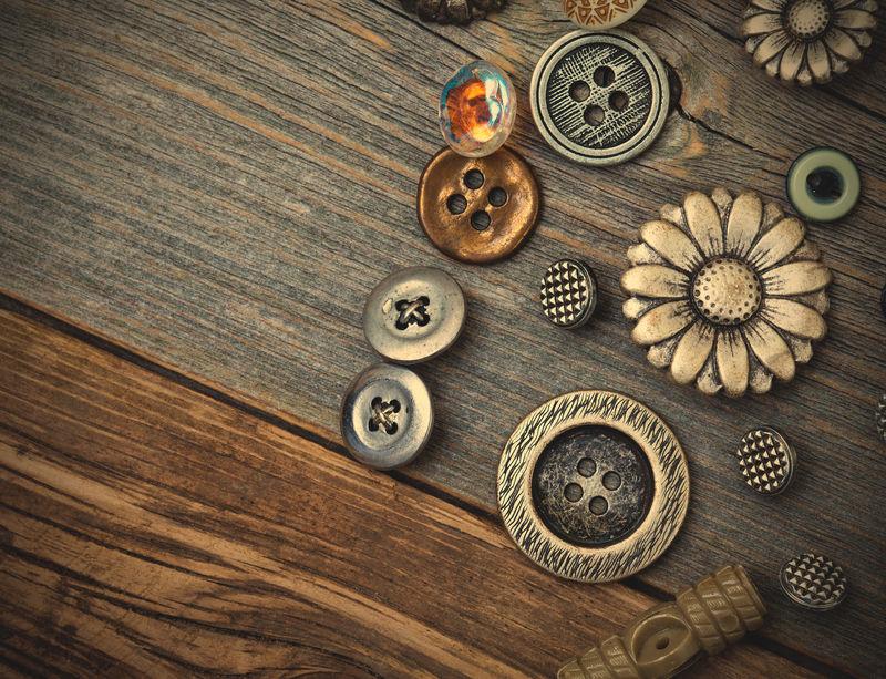 旧木板上的复古纽扣