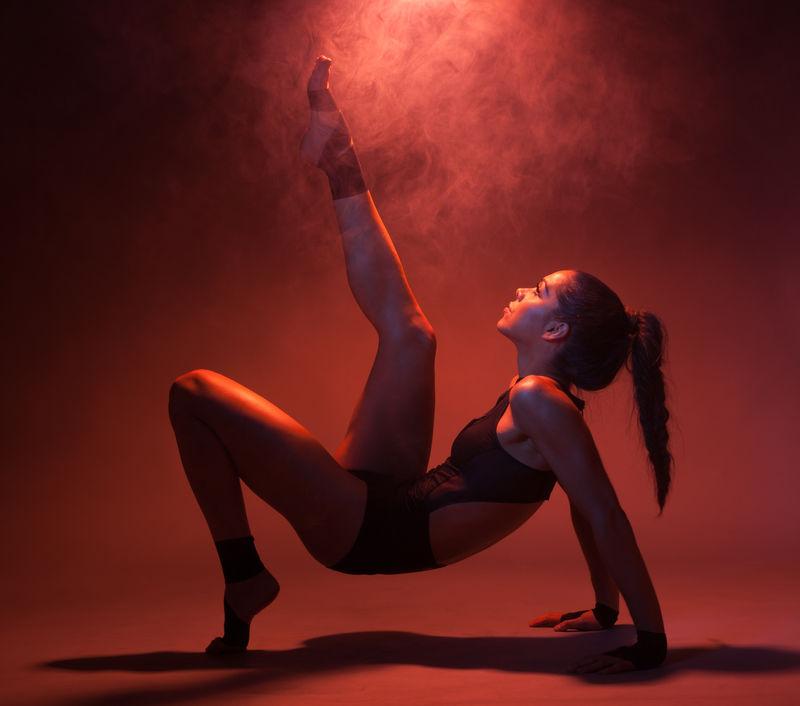性感的杂技健身红衣女人