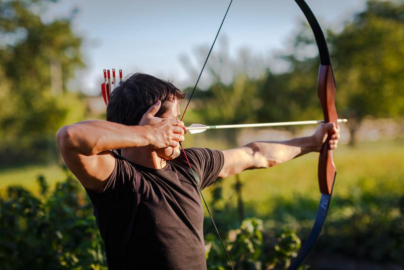 年轻的弓箭手用弓训练