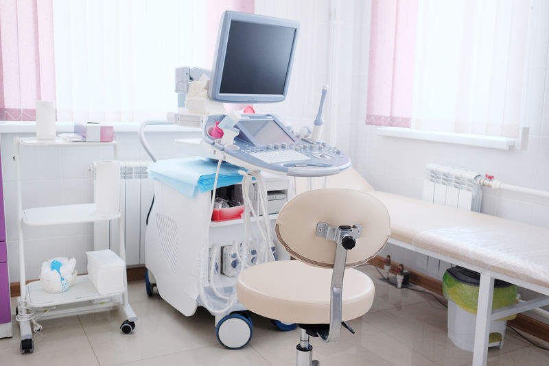 带超声波诊断设备的医务室内部