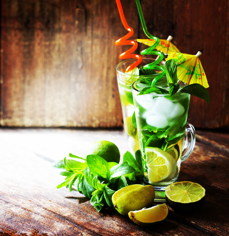背景为莫吉托鸡尾酒和海滩/暑假背景为两杯莫吉托鸡尾酒
