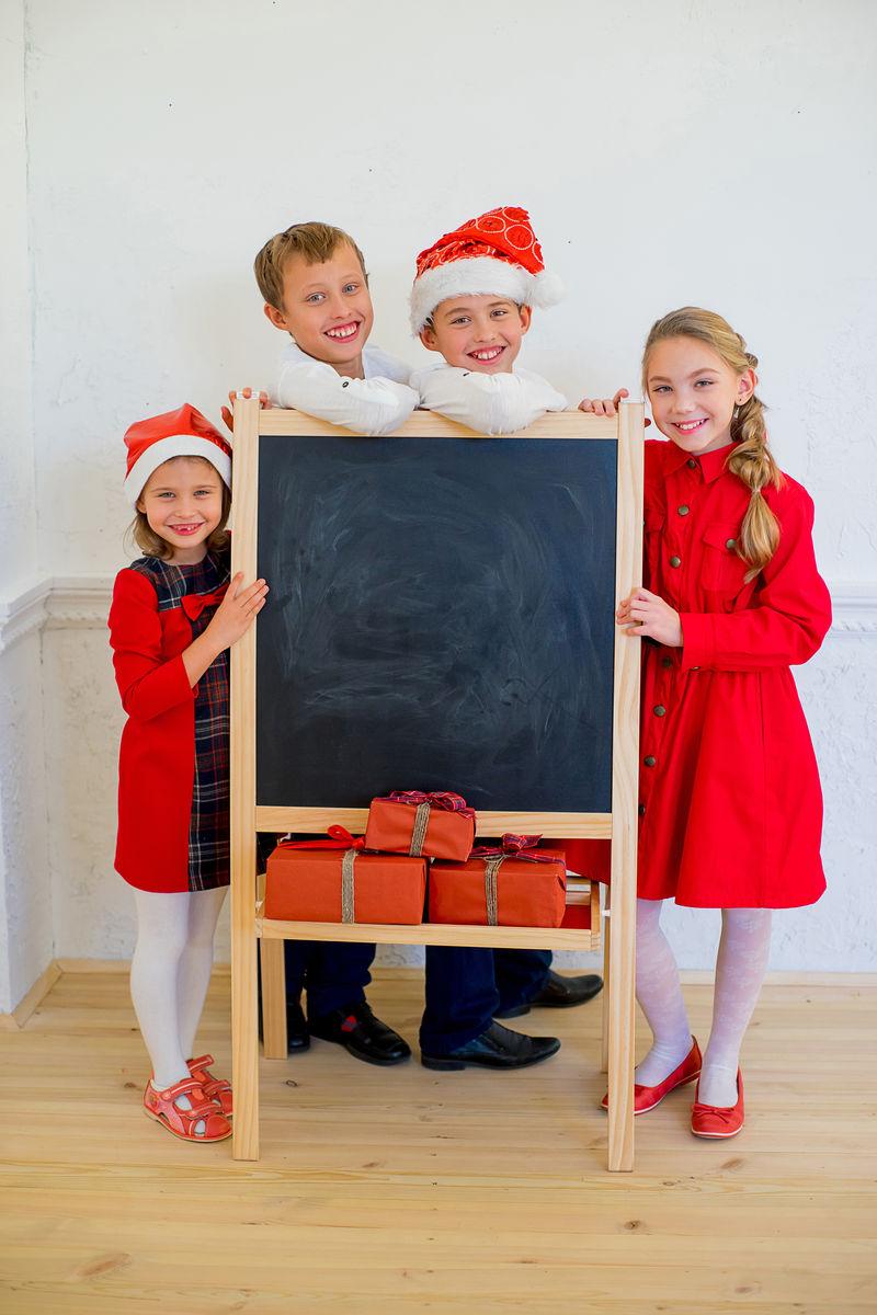 圣诞节带黑板的孩子们