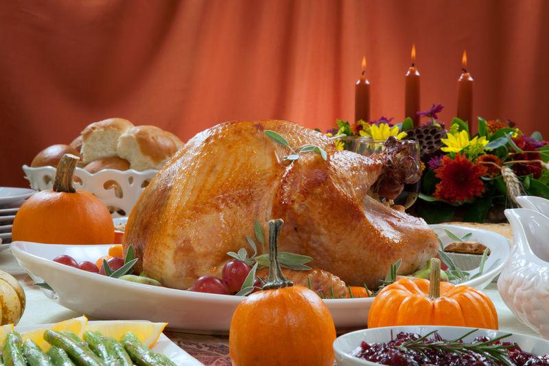庆祝丰收的节日_烤火鸡图片-木桌上的感恩节美食烤火鸡素材-高清图片-摄影照片 ...