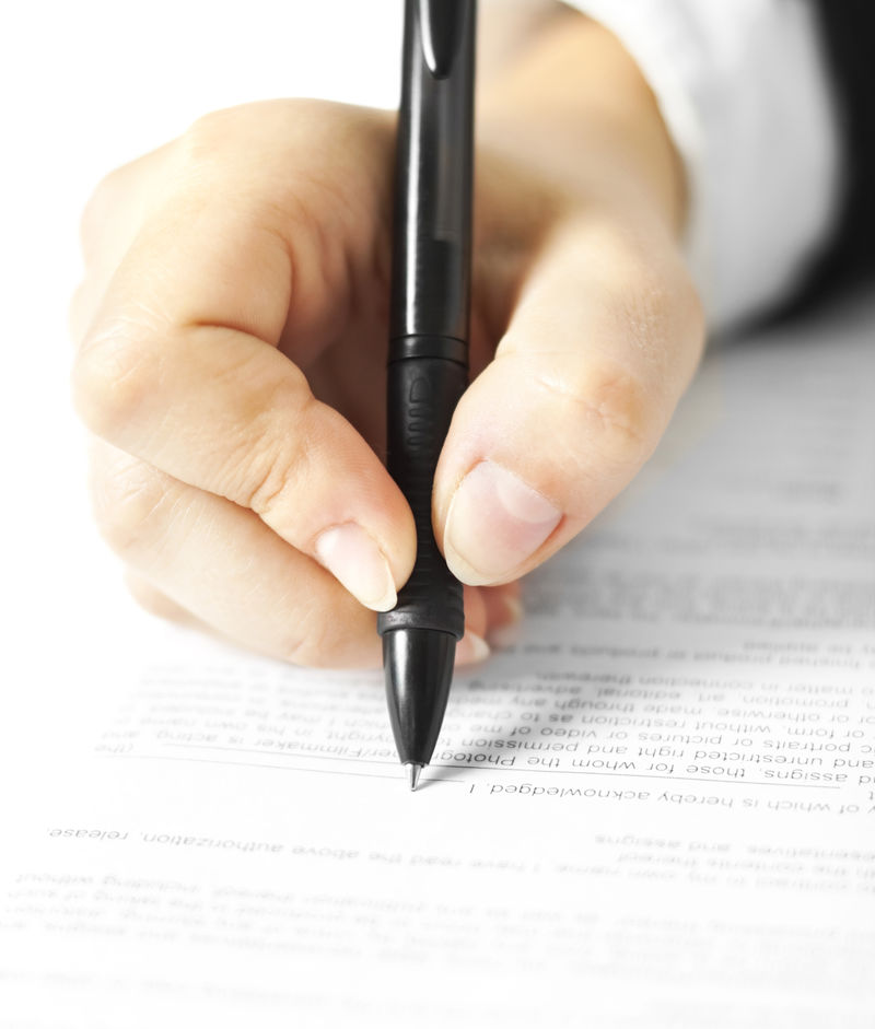 女人写在文件上