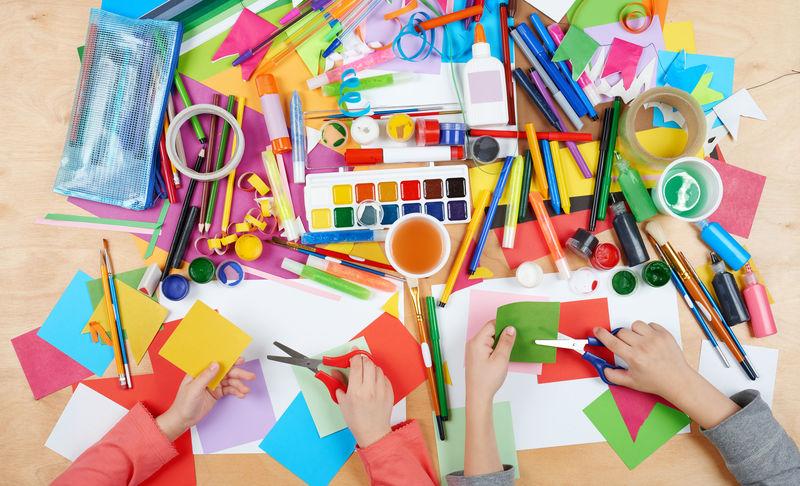 子绘图顶视图。带创意配件的艺术品工作场所。平面绘画工具。