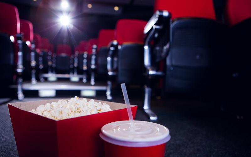 高清免费成人电影_看电影的年轻人图片-在电影院看电影的年轻人素材-高清图片 ...