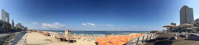 特拉维夫,以色列:2015年8月31,特拉维夫海滨,海滩伞,摩天大楼,和大海