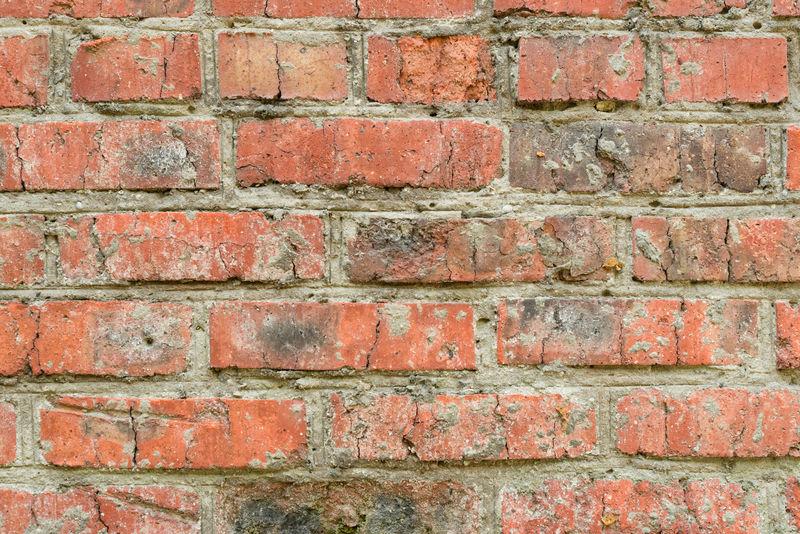 有裂缝和裂缝的砖结构