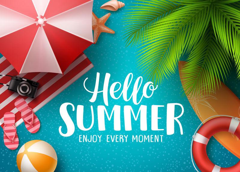 你好-夏天在沙滩矢量背景-你好-夏日文字与彩色海滩元素-如球-救生圈和伞棕榈树下的蓝色背景-矢量图