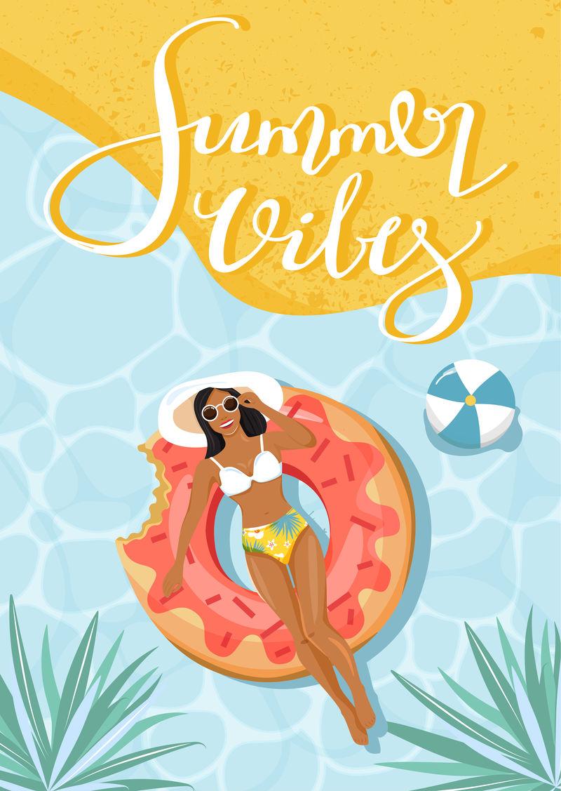 美丽的女人漂浮在充气环上享受日光浴。