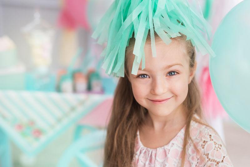 一个漂亮的小女孩在五颜六色的房间里的画像