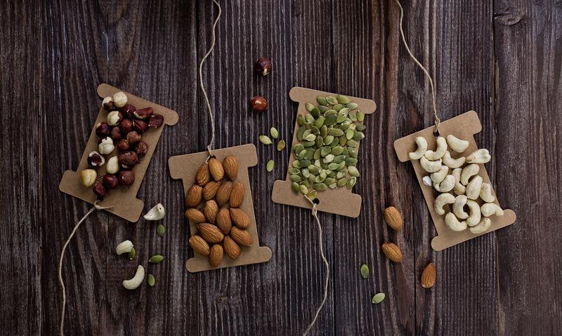 在木桌上搭配坚果,健康素食。