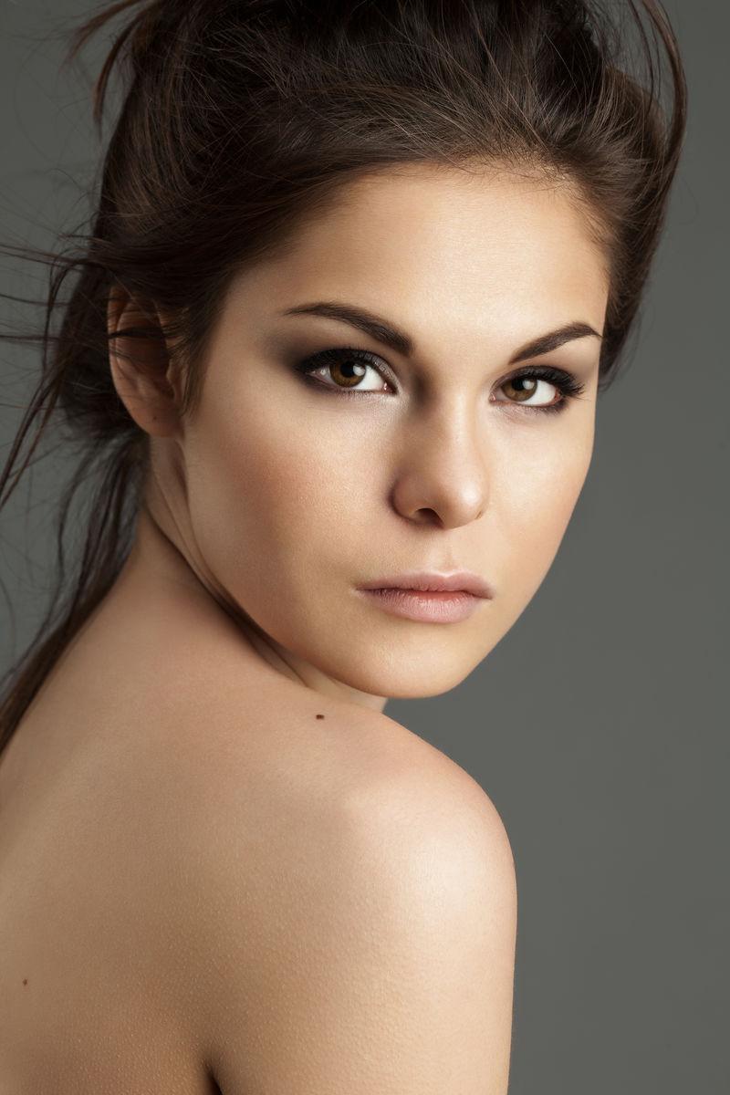 美丽的拉丁女孩完美的皮肤和自然的化妆