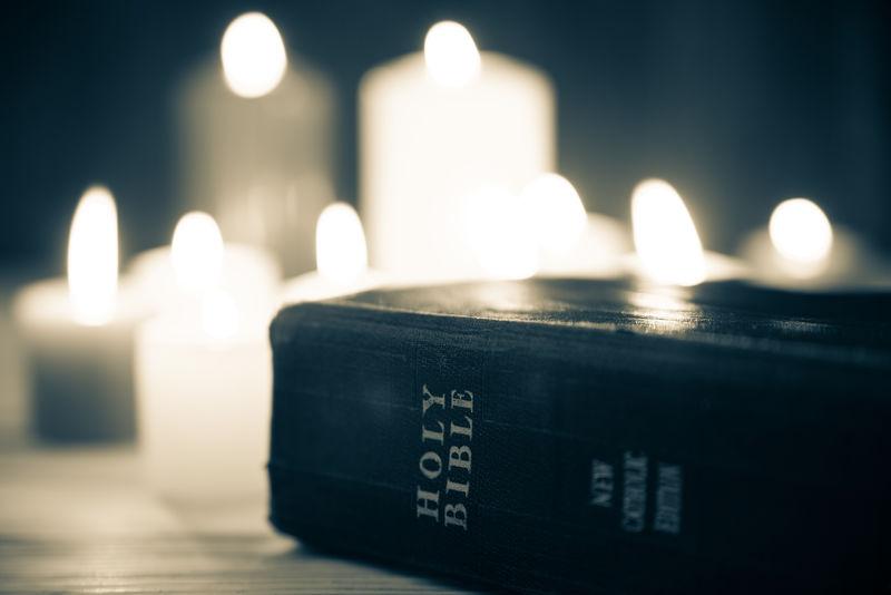蜡烛背景的圣经