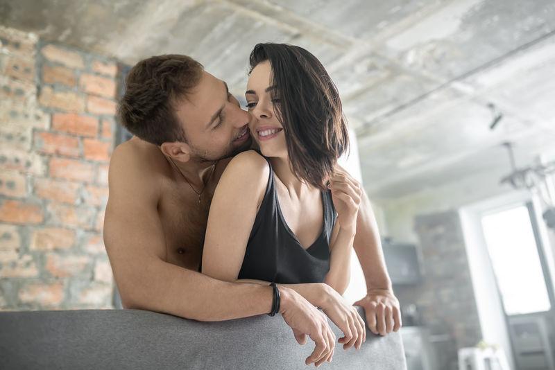 性感拥抱情侣