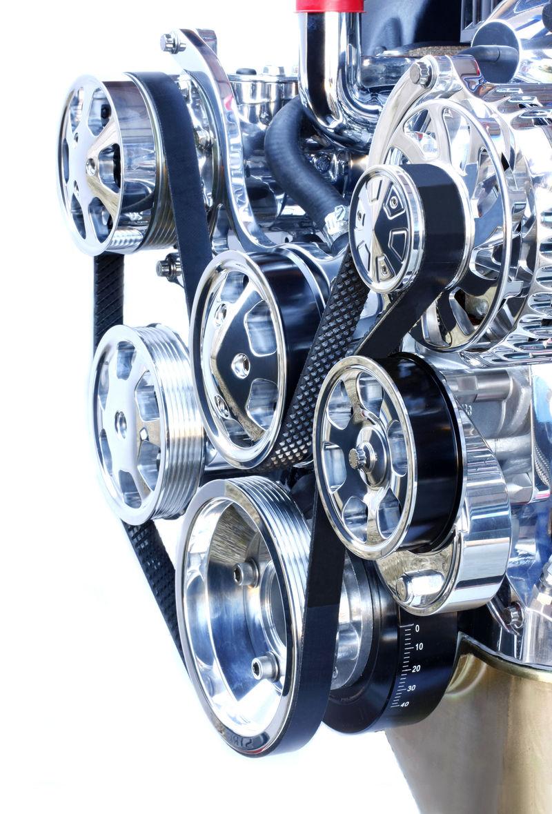 铬合金高性能V8发动机的前部