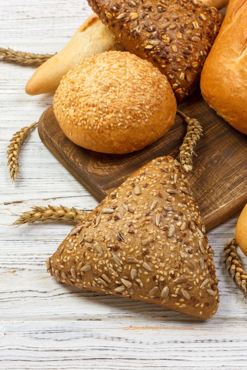 自制木质背景小麦面包