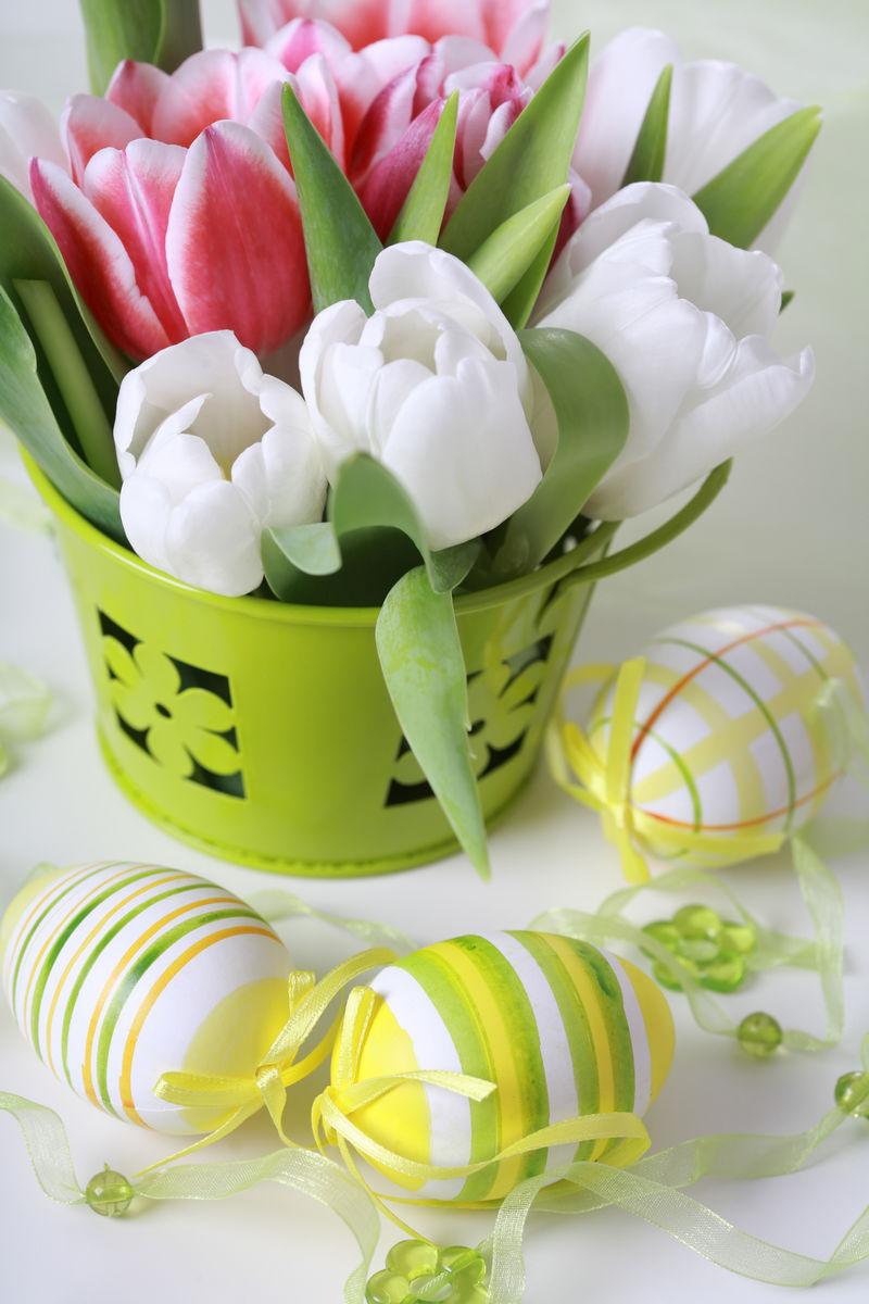复活节用鸡蛋和白郁金香装饰餐桌
