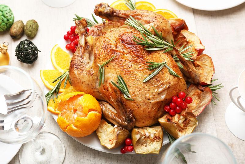 节日晚餐用烤鸡-圣诞桌设置