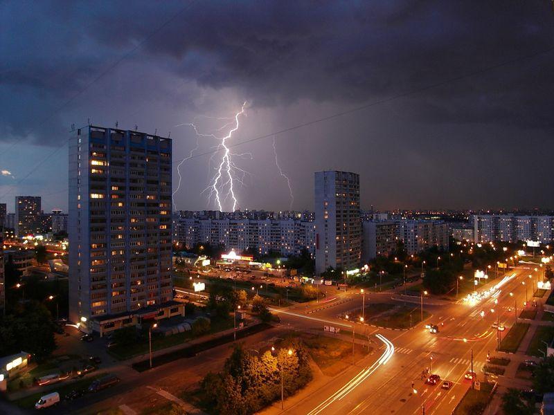 闪电击中城市的建筑物