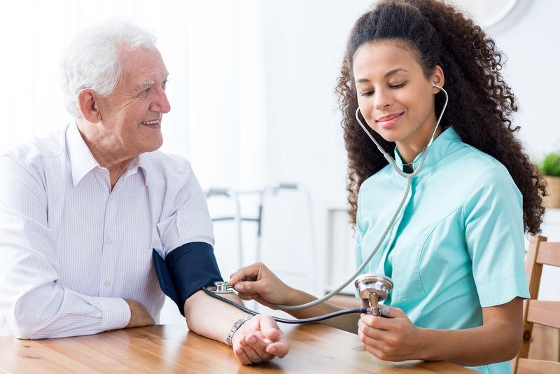 专业护士检查病人血压