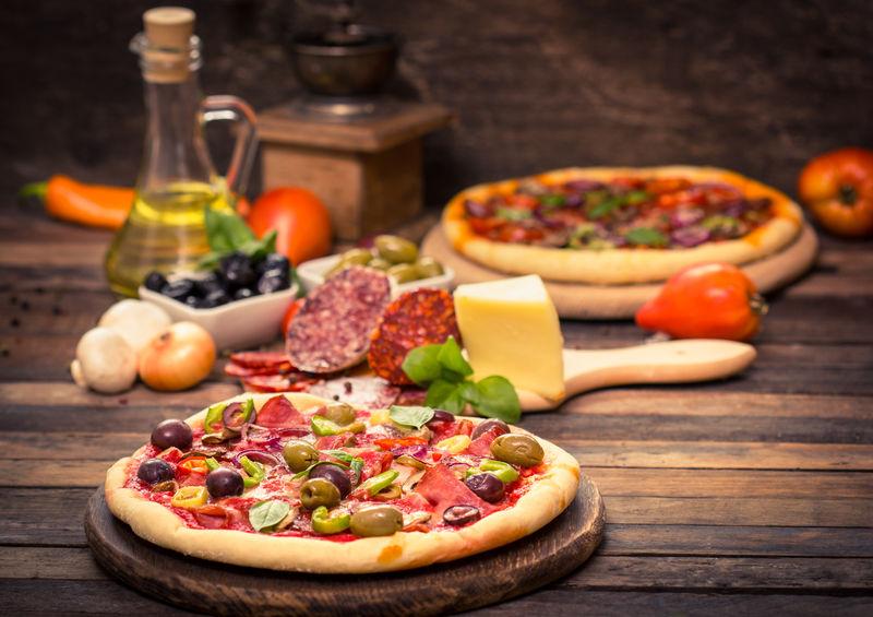 火腿、奶酪和蔬菜做的比萨