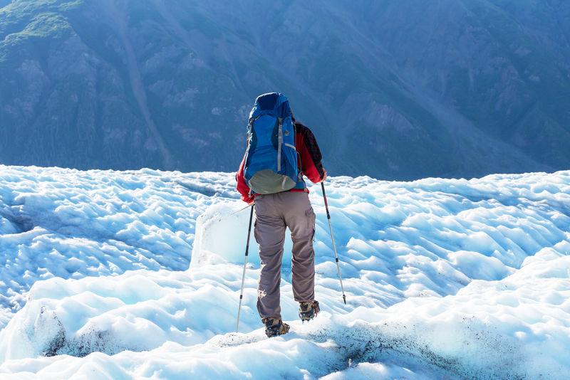 冰川上的徒步旅行者