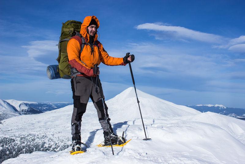 冬天在山上徒步旅行。