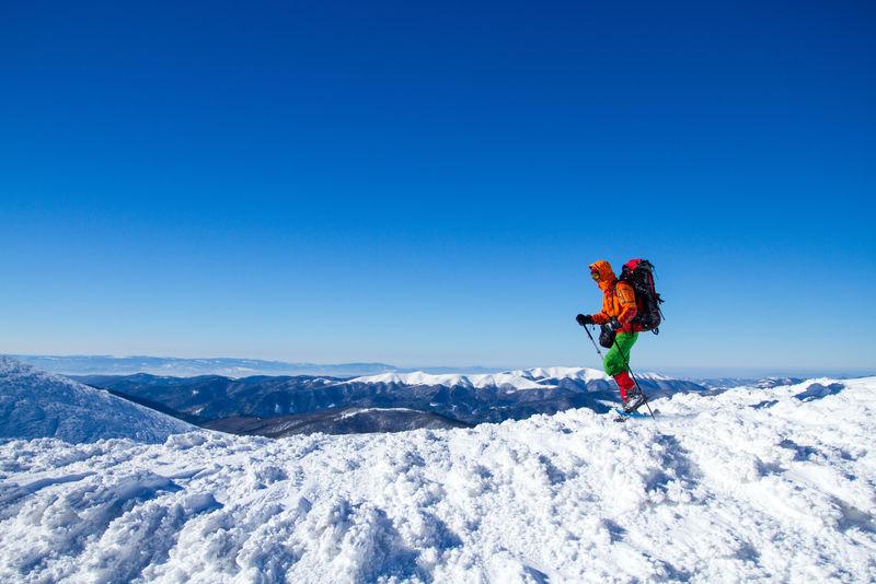 冬天穿雪鞋徒步旅行。