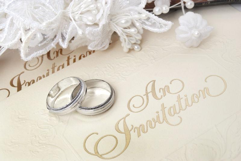 结婚戒指和邀请