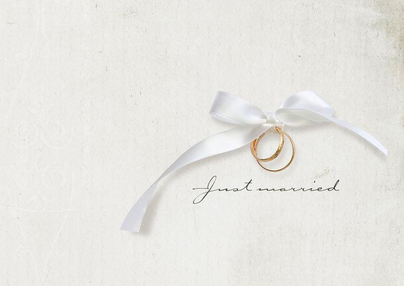 水平带金戒指的婚礼卡