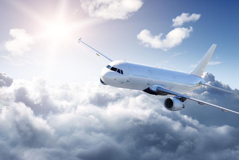 天空中的飞机-多云但阳光明媚