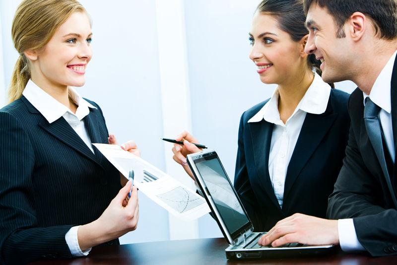 商业女性向同事展示项目的照片